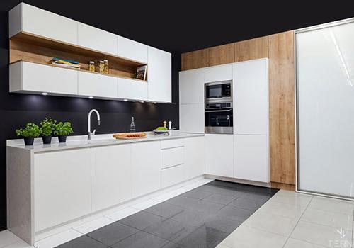Минималистичная кухня с большой секцией «утопленной» в стену