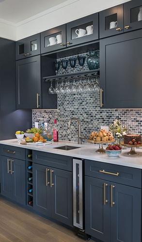 Кухня в стиле прованс глубокого серо-синего цвета