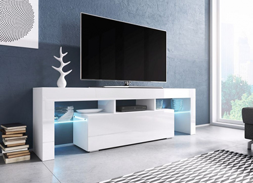 Белая тумба под ТВ-зону с подсветкой в интерьере гостиной