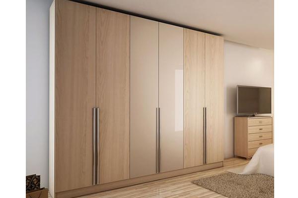 Светлый трёхсекционный распашной шкаф