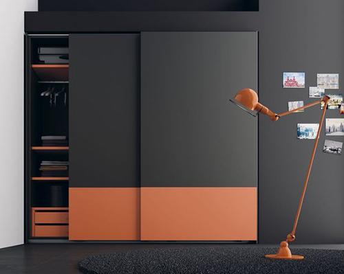 Шкаф с оранжевой яркой вставкой