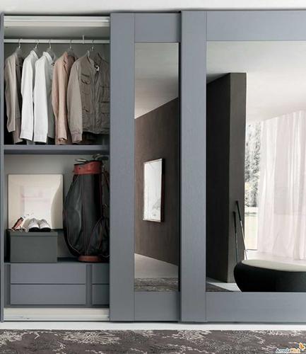 Шкаф зеркальный с широким обрамлением фасадов
