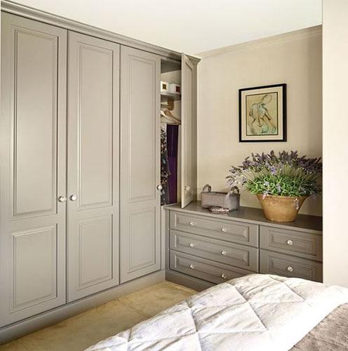 Серый шкаф в классическом стиле для спальни