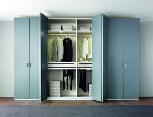 Светлый шкаф со складной системой дверей