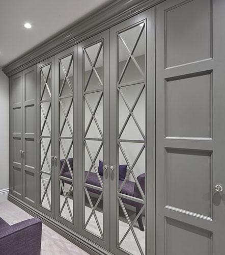 Шкаф в классическом стиле с зеркальной раскладкой
