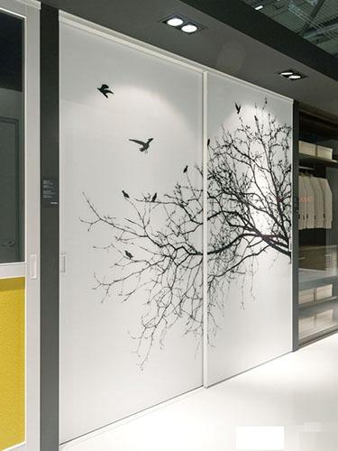 Встроенный белый шкаф-купе с графической фотопечатью