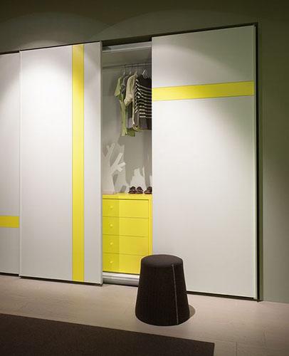 Дизайнерский шкаф-купе с желтыми полосами